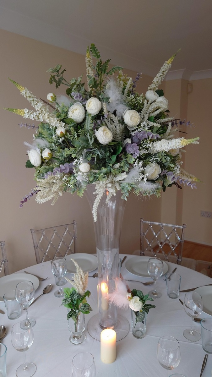 Medium-neautral-white-and-green-wild-centrepiece